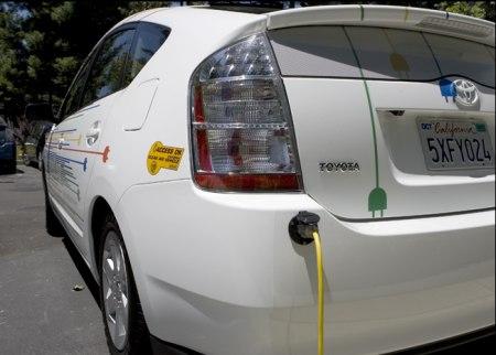 Google Hybrid Auto - Steckdose am linken hinteren Eck, zur Betankung mit Strom