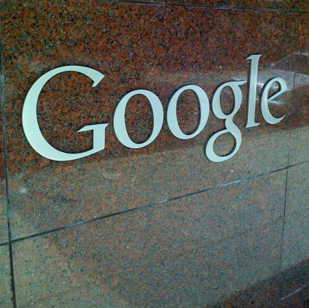 Google Logo vor dem Diebstahl noch angebaut an der Fassade der Google Aussenstelle in Santa Monica