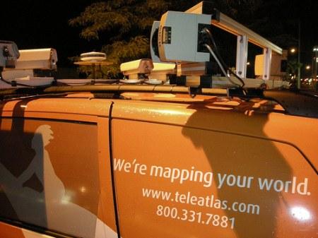 Google Street View Car von Teleatlas.com - ein Arsenal an Kameras auf dem Dach - Ansicht hinten Links