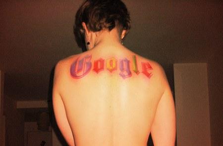 Google Tattoo: grosses Tattoo auf dem Rücken mit Google Schriftzug in Google Farben