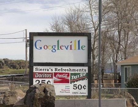 Googleville Schild - Schriftzug in der Nähe des Google Datencenters