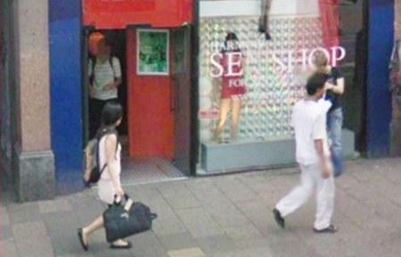 Street View Aufnahme wo ein Besucher den Sex Shop verlässt