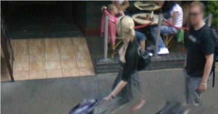Google Street View entschärft zwar Dein Gesicht, doch erlaubst Du weiterhin den Blick auf Dein Dekoltier